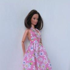 Barbie y Ken: BARBIE VESTIDO LARGO FLORES ESTILO BOHO CHIC MUÑECA NO INCLUIDA. Lote 254153335