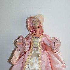 Barbie y Ken: ROPA VINTAGE DE BARBIE - VESTIDO DE DAMA CON CAPA Y CAPUCHA - ORIGINAL SIN ETIQUETA. Lote 260603635