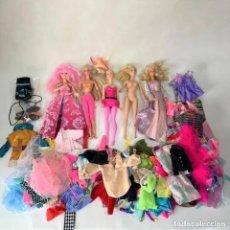 Barbie et Ken: LOTE DE 5 BARBIES + ROPA + COMPLEMENTEOS - MATTEL 1993 - 2014 - 2009. Lote 276645103