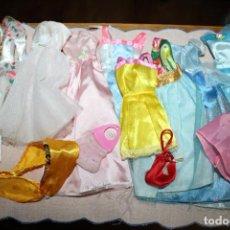 Barbie y Ken: LOTE DE ROPA PARA BARBIES O SIMILARES - 9 VESTIDOS +1 BUFANDA + 2 BOLSAS. Lote 278603883