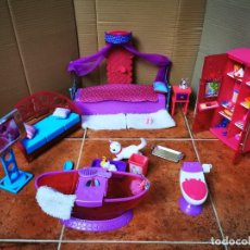 Barbie y Ken: MUEBLES BARBIE 2010 MATTEL TV SOFA COJINES FRIGORIFICO CON ALIMENTOS BAÑERA WC 2 GATOS CAMA DOSEL. Lote 278802723