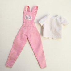 Barbie y Ken: BARBIE LEE JEANS FASHION 1995 MONO VAQUERO ROSA Y CAMISA BLANCA AÑOS 90. Lote 294430663
