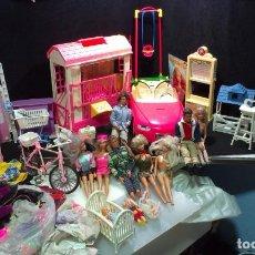 Barbie y Ken: GRAN LOTE DE BARBIE - KEN - ACCESORIOS - VESTIDOS - BEBES -. Lote 295367948