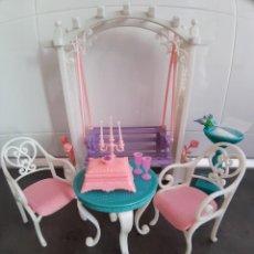 Barbie y Ken: BARBIE JARDIN ROMANTICO - COLUMPIO MESA SILLAS Y ACCESORIOS - AÑO 2001. Lote 295828098