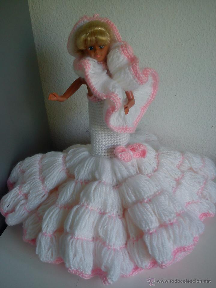 PRECIOSA BARBIE COM EL VESTIDO DE LANA HECHO A MANO ESTA SELADA PETIA .. (Juguetes - Muñeca Extranjera Moderna - Barbie y Ken)