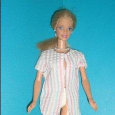 Barbie y Ken: MUÑECA BARBIE EN EL CUELLO 1998 EN EL CUERPO 1966 CON COLLAR Y PENDIENTES. Lote 45377969