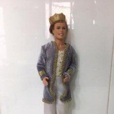 Barbie y Ken: MUÑECO KEN VESTIDO PRINCIPE CON CORONA, CABEZA MATTEL 1997, CUERPO MATTEL 1968 INDONESIA. Lote 67193925