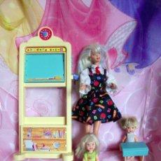 Barbie y Ken: ANTIGUO COLEGIO DE BARBIE CON PIZARRA, MAESTRA BARBIE Y DOS ALUMNOS. Lote 72396835