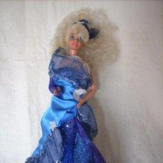 Barbie y Ken: BARBIE CON UNO DE LOS VESTIDOS DEL COLECCIONABLE DE RBA. Lote 95615295