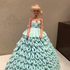 Barbie y Ken: BARBIE ANTIGUA, GRAN VESTIDO HECHO A MANO DE PAPEL. Lote 99485467