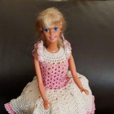 Barbie y Ken: ANTIGUA BARBIE AÑOS 80'S CON VESTIDO DE PUNTO FABRICACIÓN CASERA. Lote 105253854