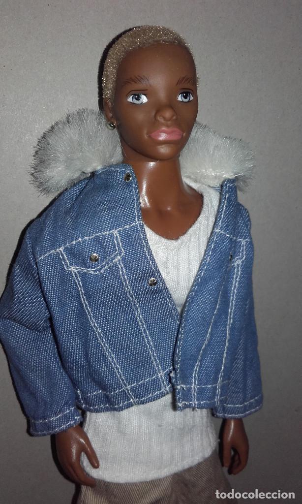 MUÑECO NEGRO TRE FLAVAS MATTEL 2003 CON ROPA DE ORIGEN TAMAÑO BARBIE KEN (Juguetes - Muñeca Extranjera Moderna - Barbie y Ken)