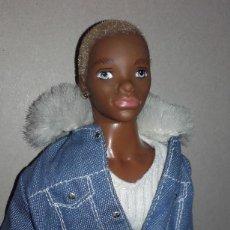 Barbie y Ken: MUÑECO NEGRO TRE FLAVAS MATTEL 2003 CON ROPA DE ORIGEN TAMAÑO BARBIE KEN. Lote 107827251