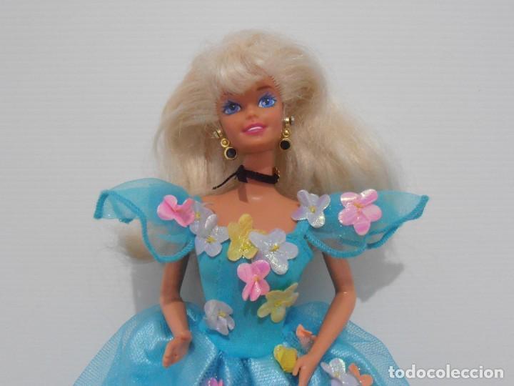 Barbie y Ken: MUÑECA BARBIE MATTEL, VESTIDO AZUL CON FLORES, COMPLEMENTOS, AÑOS 90, MUY BUEN ESTADO - Foto 2 - 132028370