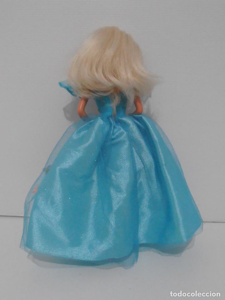 Barbie y Ken: MUÑECA BARBIE MATTEL, VESTIDO AZUL CON FLORES, COMPLEMENTOS, AÑOS 90, MUY BUEN ESTADO - Foto 4 - 132028370