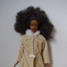 Barbie y Ken: MUÑECA BARBIE NEGRA PELO AFRO MATTEL CON CONJUNTO VIAJA POR EL MUNDO RUSIA. Lote 143788466