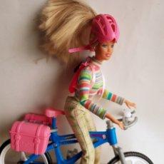 Barbie y Ken: BARBIE Y BICICLETA CON SUS DOS MALETITAS Y MOCHILA BICI. Lote 144930378