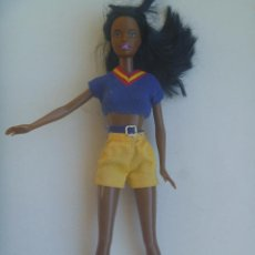 Barbie y Ken: FIGURA ARTICULADA DE BARBIE. DE COLOR .. NEGRA. Lote 148585214
