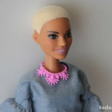 Barbie y Ken: BARBIE FASHIONISTA NUEVA MODELO AFRO NEGRA RUBIA PELO CORTITO. Lote 150815194