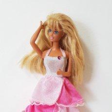 Barbie y Ken: MUÑECA BARBIE CON PRECIOSO VESTIDO ROSA. Lote 164237624
