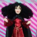 Barbie y Ken: PRECIOSA MUÑECA MADRE GOTHEL (TANGLED) ENREDADOS-RAPUNZEL, CON SU VESTIDO Y SU CAPA - DISNEY STORE. Lote 165357850