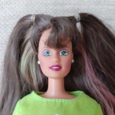 Barbie y Ken: MUÑECA BARBIE TERESA ARTICULADA MORENA CON MECHAS DE COLORES. Lote 179171225