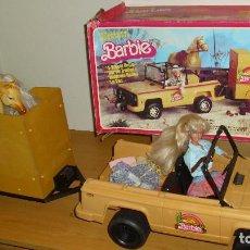 Barbie y Ken: LOTE BARBIE MATTEL ANTIGUA COCHE WESTERN CON REMOLQUE MUÑECA CABALLO Y ROPA EN CAJA AÑOS 80 90. Lote 187523035