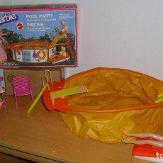 Barbie y Ken: LOTE BARBIE MATTEL ANTIGUA PISCINA EN CAJA CON MUÑECA ROPA Y ACCESORIOS AÑOS 80 90. Lote 187541938