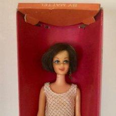 Barbie y Ken: CASEY MUNECA BARBIE VINTAGE DE MATTEL 1966-CAJA Y VESTIDO LAME BAÑADOR ORIGINAL. Lote 192787125