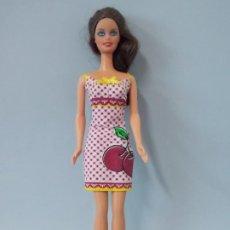 Barbie y Ken: MUÑECA BARBIE MATTEL, VESTIDO CEREZA, 1998 - USADA, VER DESCRIPCIÓN...R-9781A. Lote 194930971