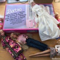 Barbie y Ken: 6 BARBIE MÁS NUEVO TOCADOR Y MESITA DE NOCHE MÁS VESTIDOS Y COMPLEMENTOS. Lote 198426693