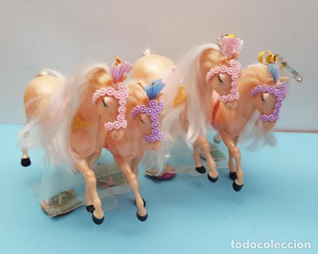 LOTE 4 CABALLOS BARBIE NUEVOS 22 CM LARGO, PERTENECEN A UNA CARROZA, TIENEN LOS ANCLAJES A LA CAJA (Juguetes - Muñeca Extranjera Moderna - Barbie y Ken)