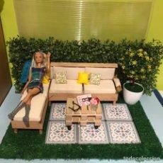 Barbie y Ken: DIORAMA TERRAZA SOFÁ MESA BARBIE SUELO... PALLETS. Lote 208796728