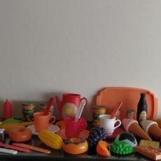 Barbie y Ken: BOLSO PICNIC DE LA MUÑECA BARBIE, CAFETERA, TAZAS, FRUTAS, BOLLERIA, HELADOS, 76 PIEZAS. Lote 220257278