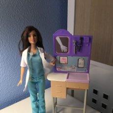 Barbie y Ken: MUÑECA BARBIE PEDIATRA. AÑO 2014. Lote 222183903
