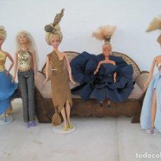 Barbie y Ken: LOTE DE SEIS MUÑECAS CON PRECIOSOS VESTIDOS, PEINADOS Y ZAPATOS. Lote 226860050