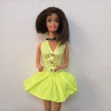 Barbie et Ken: ANTIGUA MUÑECA BARBIE MORENA CUT AND STYLE AÑOS 70, 1976, CON VESTIDO AMARILLO CON TUL Y COLLAR. Lote 234462395