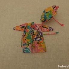 Barbie y Ken: CHUBASQUERO Y PARAGUAS BARBIE, AÑOS 80. Lote 236013550