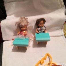 Barbie y Ken: BARBIE, PUPITRES Y HERMANOS, VESTIDOS. Lote 241430715