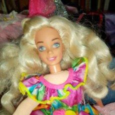 Barbie y Ken: MUÑECA BARBI TRAPO ELL SEGUNDO CALIFORNIA USA Y LOTAZO DE MODELOS Y DISFRACES.. Lote 243054915