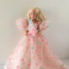 Barbie e Ken: BARBIE FELIZ CUMPLEAÑOS HAPPY BIRTHDAY 1990 VESTIDO ROSA FIESTA CON PURPURINA AÑOS 90. Lote 266183513