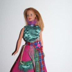 Barbie e Ken: MUÑECA BARBIE CON CONJUNTO ESCOCIA DE VESTIDOS DEL MUNDO - MATTEL 1998 - MUY BUEN ESTADO. Lote 275793898