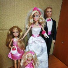 Barbie y Ken: PAREJA DE NOVIOS MATTEL 2009 BARBIE KEN + 2 NIÑAS + REGALOS + TARTA + RAMO DE NOVIA + CESTA. Lote 278977253