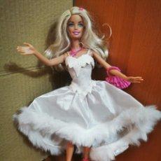 Barbie y Ken: BARBIE ARTICULADA MATTEL 1998 CON VESTIDO ZAPATOS DE TACON Y BOLSO COLGANTE RUBIA OJOS AZULES. Lote 279435288