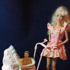 Barbie y Ken: MUÑECA BARBIE STYLE CON COCHECITO Y KRISSI. Lote 289250923