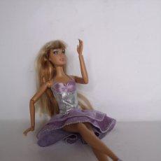 Barbie y Ken: BARBIE ARTICULADA ROPA ORIGINAL Y PELO BICOLOR. Lote 294504588