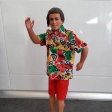 Barbie y Ken: MUÑECO KEN MATTEL CON VESTUARIO CONJUNTO MONOPATIN. Lote 295840258