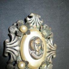 Joyeria: CURIOSO BROCHE EN METAL CON CAMAFEO DE LA DAMA DE ELCHE ( ALICANTE ). PP.SG.XX. MIDE 6 X 4 CM. . Lote 18779253
