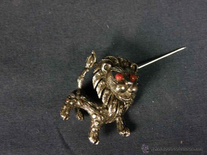 Joyeria: broche en forma de león metal plateado decoración flores en el cuerpo ojos vidrio rojo años 50 - Foto 2 - 40921368