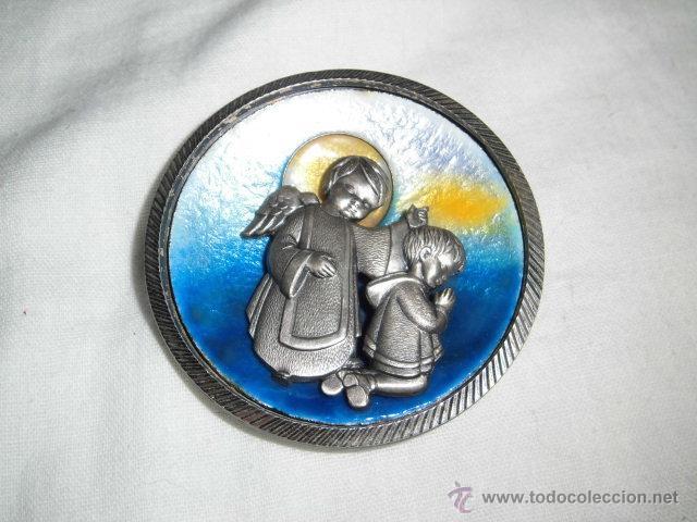 BONITO MEDALLON ANGEL CON NIÑO EN PLATA DE LEY Y ESMALTE AL FUEGO (Bisutería)